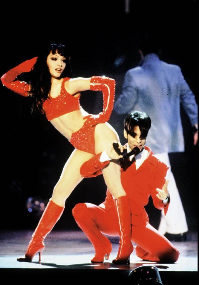 Photo: (AP) Prince y junto a su ex mujer, la bailarina Mayte en los premios de Música y Moda VH-1, en 1996