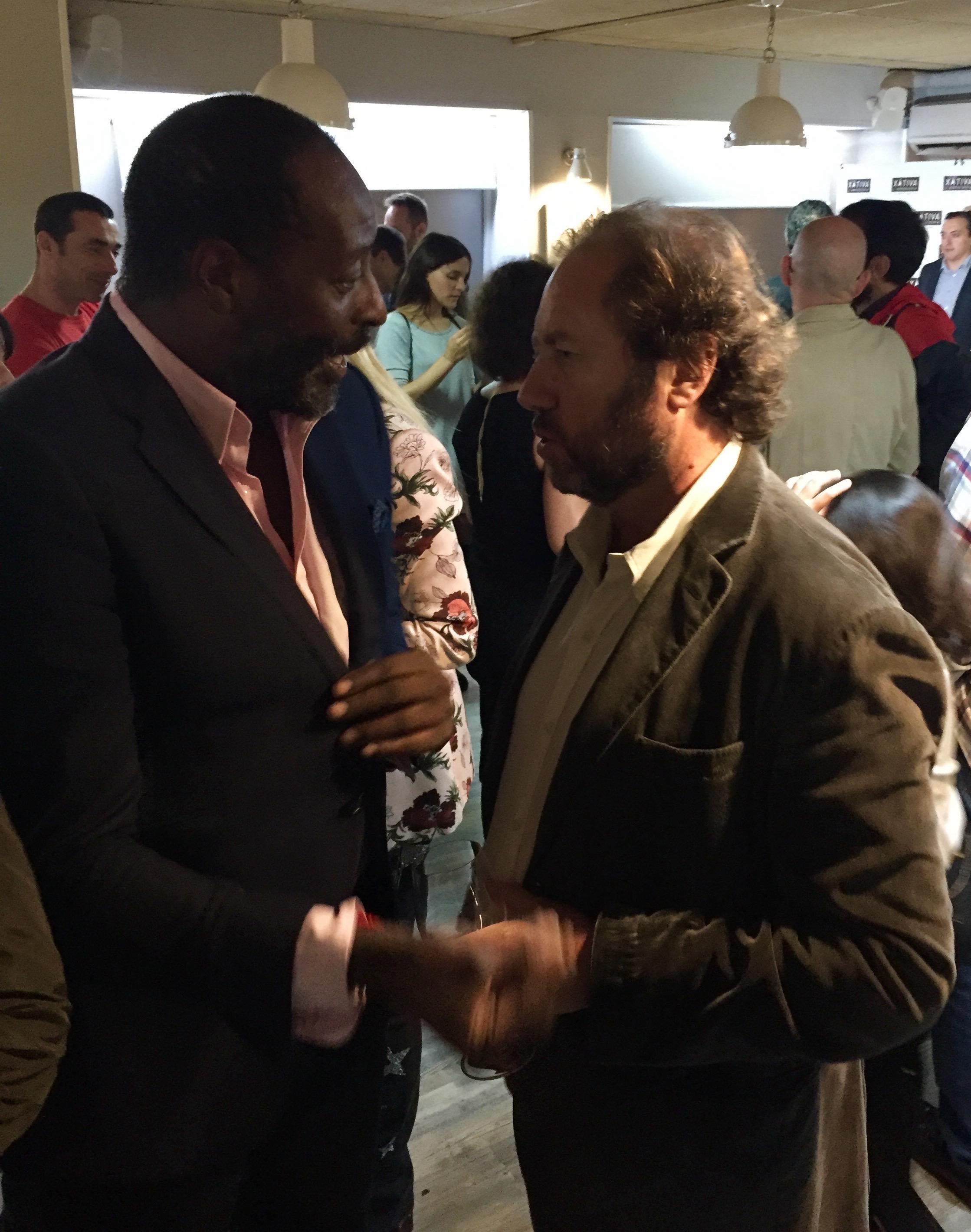 Luis Jones, de HOY ONLINE, hablando con uno de los invitados